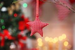 W kratkę dekoracyjna gwiazda na zamazanym tle Zdjęcia Stock