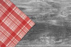 W kratkę tablecloth na drewnianym stole Zdjęcie Royalty Free