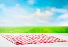 W kratkę tablecloth na drewnianym stole Obraz Stock