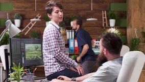 W kreatywnie agencyjnej dziewczynie śmiechy przy kolegą żartują zbiory wideo