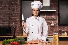 W kuchni żeński szef kuchni Zdjęcia Royalty Free