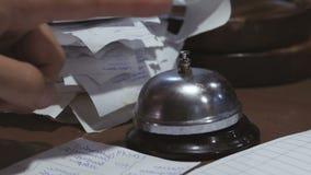 W kuchni restauracja na stole metalu dzwon obok papierowych czeków, jest od kasy R?ka zbiory