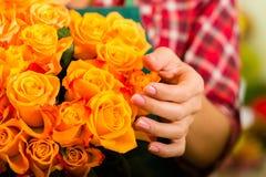W kwiatu sklepie żeńska kwiaciarnia obraz stock