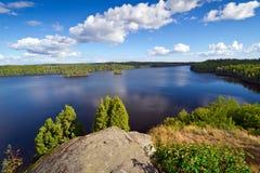 W lato idylliczny Szwedzki jezioro Obrazy Royalty Free