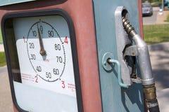W lato stara i zakurzona benzynowa stacja Fotografia Stock