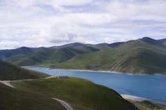W lato Yamdrok Jezioro zdjęcia stock
