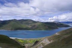 W lato Yamdrok Jezioro zdjęcie stock