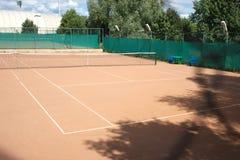 W lato zmielony tenisowy sąd zdjęcie royalty free