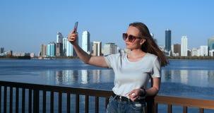 W lecie dziewczyna na tle du?y miasto i nabrze?e bierzemy selfie na smartphone zbiory wideo