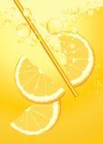 W lemoniady pluśnięciu pomarańczowi plasterki Zdjęcia Royalty Free