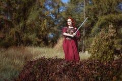 W lesie, kobieta z kordzikiem zdjęcie stock