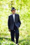 W lesie mężczyzna starszy odprowadzenie Fotografia Royalty Free