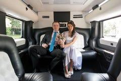 W limuzynie państwo młodzi obrazy royalty free