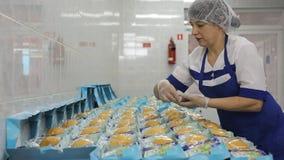 W lotniskowej fabryce kobieta pakuje jedzenie w lunchów pudełkach zbiory wideo