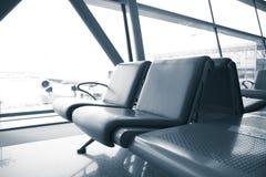 W lotnisku czekań pasażerscy krzesła Zdjęcia Royalty Free
