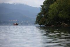 W lugu jeziorze na łodzi Zdjęcia Stock