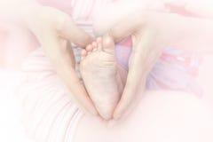 W macierzystych rękach dziecko cieki obrazy stock