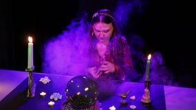 W magicznym salonie gypsy człapie karty na stole w chuchu dym zdjęcie wideo