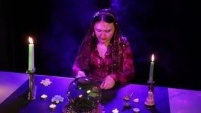 W magicznym salonie gypsy człapie karty na stole w chuchu dym zbiory