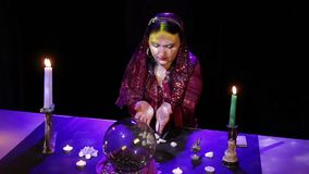 W magicznym salonie gypsy czyta przyszłość w białych kamieniach zdjęcie wideo