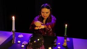 W magicznym salonie gypsy czyta przyszłość w magicznej piłce zbiory