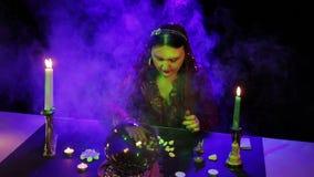W magicznym salonie gypsy czyta przyszłość na białych kamieniach w chuchu dym zbiory wideo