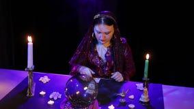 W magicznym salonie gypsy rozk?ada karty na stole w chuchu dym zdjęcie wideo