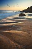 W Malibu plaży olbrzymia skała zdjęcia royalty free