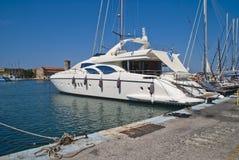 W mandraki schronieniu luksusowy jacht Zdjęcie Royalty Free