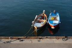 W marina rybak kolorowe łodzie Obrazy Royalty Free