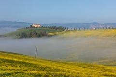 W mgle toskański dom wiejski Zdjęcia Royalty Free