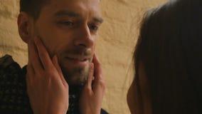 W miłości dziewczyny dotyka twarzy jej chłopak, żywa kamera zbiory