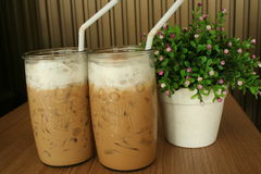 W miłości z lodową kawą Zdjęcia Stock