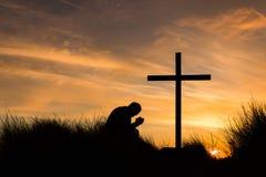 W modlitwa krzyża zmierzchu obrazy royalty free