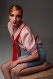 W modnym stroju ładna dziewczyna Zdjęcia Stock