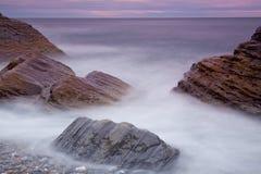 W morzu duży kamienie Obrazy Stock