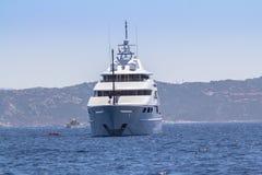 W morzu luksusowy jacht Fotografia Stock