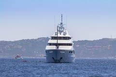 W morzu luksusowy jacht Obrazy Stock