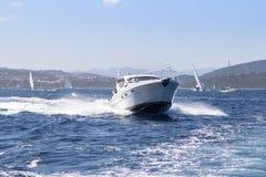 W morzu luksusowy jacht Zdjęcie Stock