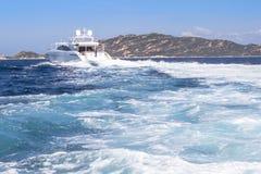 W morzu luksusowy jacht Zdjęcia Stock