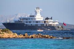 W morzu luksusowy jacht Fotografia Royalty Free