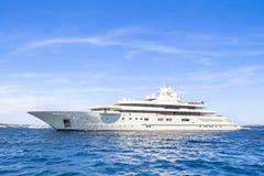 W morzu luksusowy jacht Zdjęcia Royalty Free