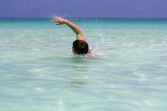 W morzu młodego człowieka dopłynięcie Obraz Royalty Free