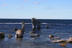 W morzu rockowy koń Obrazy Royalty Free