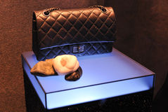 W nadokiennej gablocie wystawowej Chanel torebka Zdjęcie Royalty Free