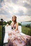 W naturze piękna elegancka dama Zdjęcia Royalty Free
