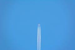 W niebie samolotowy latanie Zdjęcia Royalty Free