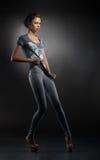 W niebieskich dżinsach młoda modna dziewczyna Obrazy Royalty Free