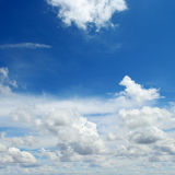 W niebieskim niebie cumulus chmury Obrazy Stock