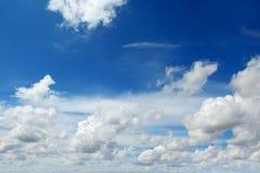 W niebieskim niebie cumulus chmury Obrazy Royalty Free